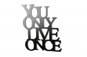 Napis na ścianę You only live once