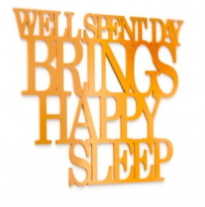 Napis na ścianę Well spent day brings happy sleep